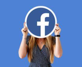 mujer-mostrando-icono-facebook_53876-65415